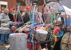 Straattheater Drumband op Klompn - TopActs.nl - 250-200