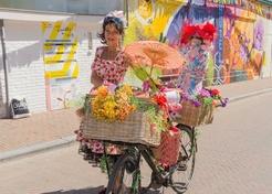 Waarzegster op de fiets - TopActs.nl - 246-176